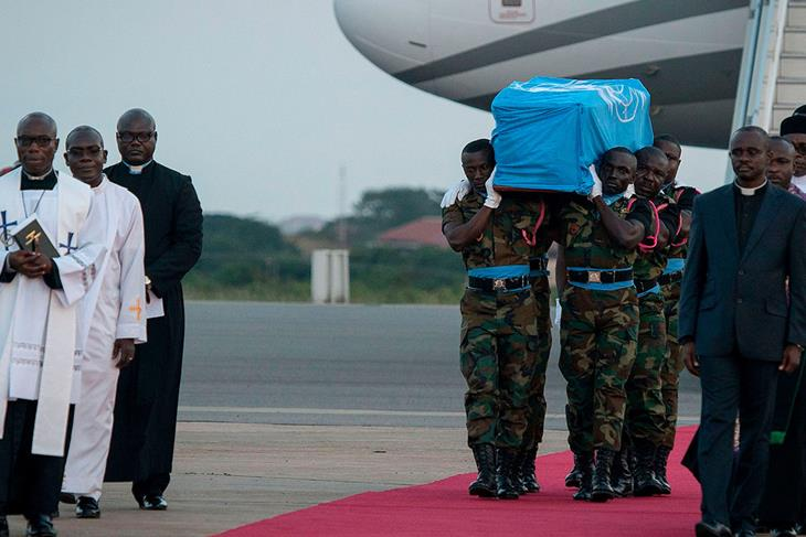 Koffi Annan's body is returned in his native country Ghana.